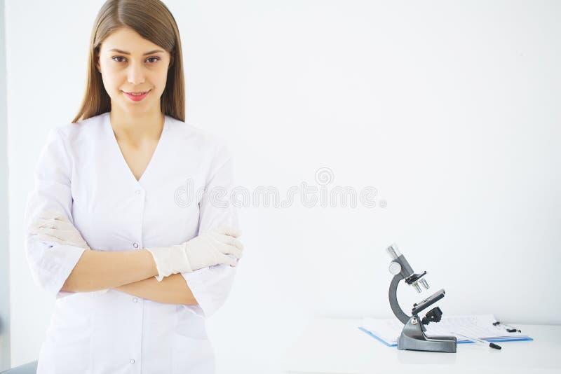 medicina Doutor f?mea novo na cl?nica moderna imagem de stock royalty free