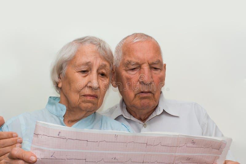 Medicina, edad, atención sanitaria y concepto de la gente - mujer mayor y reunión del doctor en oficina médica imagen de archivo