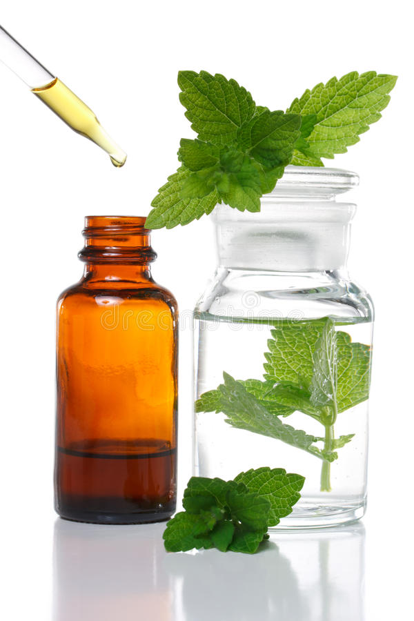 Medicina herbaria o botella aromatherapy del cuentagotas fotos de archivo libres de regalías