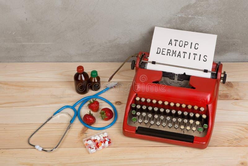 Medicina o diagnóstico médico - lugar de trabajo de la prescripción del doctor con el estetoscopio, píldoras, máquina de escribir foto de archivo