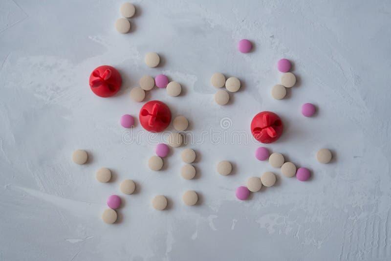 Medicina: pillole e vitamine immagini stock libere da diritti