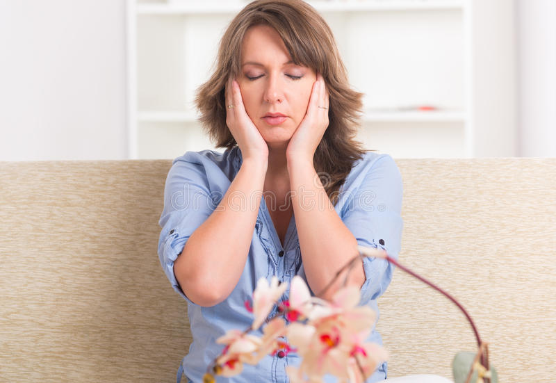 Download Medicina Practicante De La Energ?a De La Mujer Foto de archivo - Imagen de contacto, energía: 41920896