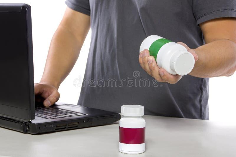 Medicina que ordena en línea o que firma para arriba para el seguro médico foto de archivo libre de regalías