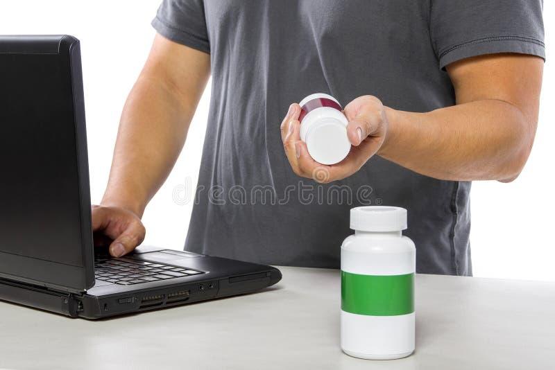 Medicina que ordena en línea o que firma para arriba para el seguro médico fotografía de archivo libre de regalías