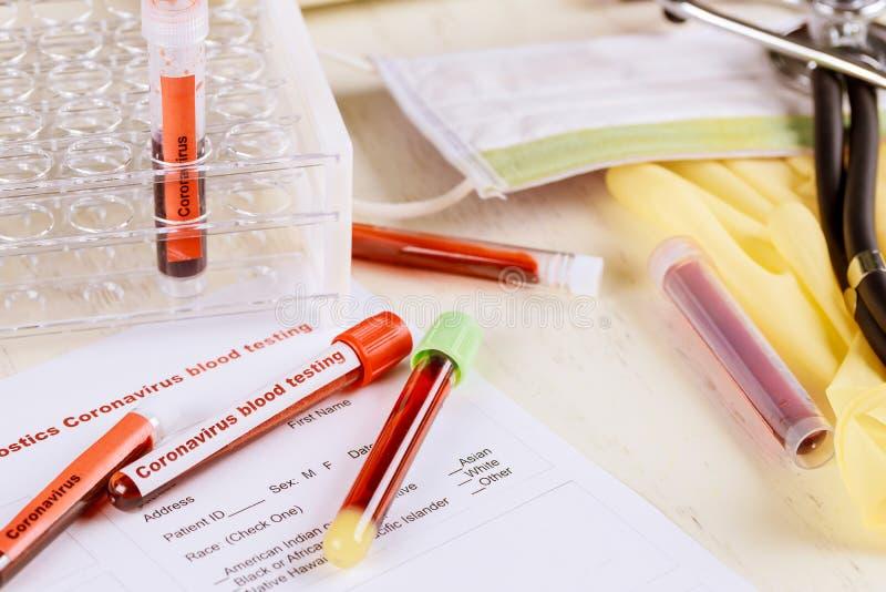 Medicina que trabaja con muestras de sangre en el laboratorio del coronavirus COVID-19 imagen de archivo libre de regalías