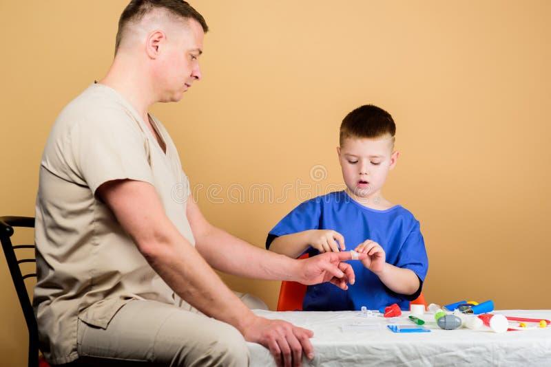 Medicina y salud Ni?ez parenting M?dico de cabecera padre e hijo en uniforme m?dico niño feliz con el papá con imagenes de archivo
