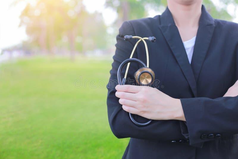 Medicinare eller vård- kontroll med stetoskopet arkivfoto