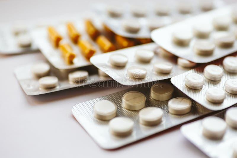 Medicinas diferentes: as tabuletas, comprimidos no bloco de bolha, medicamentações drogam-se imagens de stock royalty free