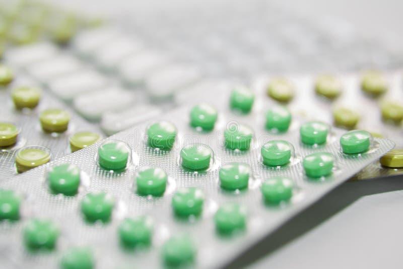 Medicinas diferentes: tabuletas, comprimidos no bloco de bolha, medicamentações imagens de stock