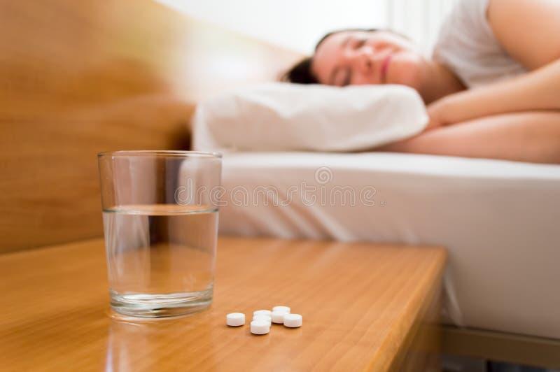 Medicinas no nightstand foto de stock