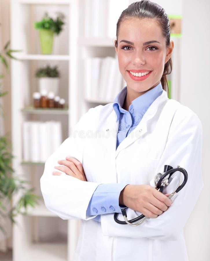 Medicinbegrepp - le den kvinnliga doktorn med hjärta och stethosc royaltyfri bild