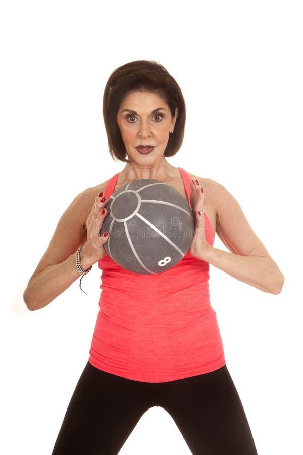 Medicinboll för äldre kvinna framme arkivfoton