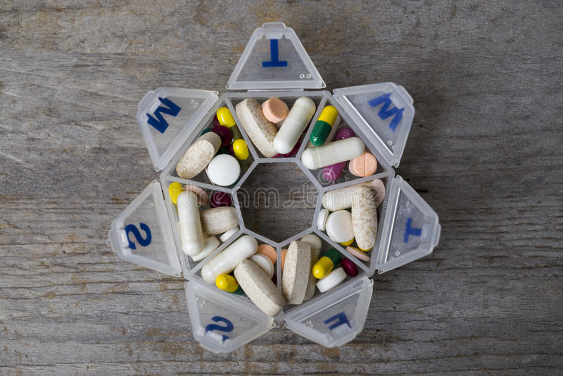Medicindagstidninguppsättning i en pillerask fotografering för bildbyråer