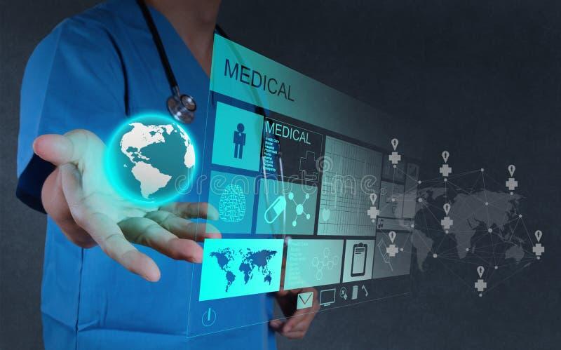 Medicindoktor som arbetar med den inter-moderna datoren arkivbilder