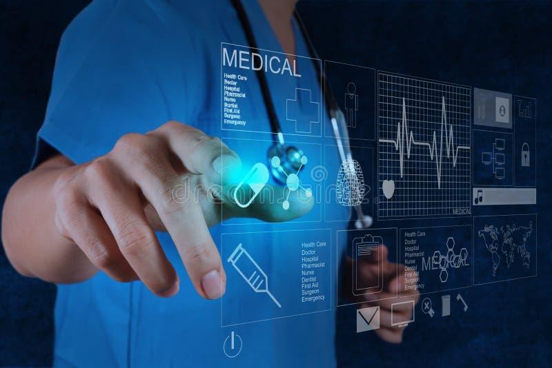 Medicindoktor som arbetar med den moderna datoren royaltyfri bild
