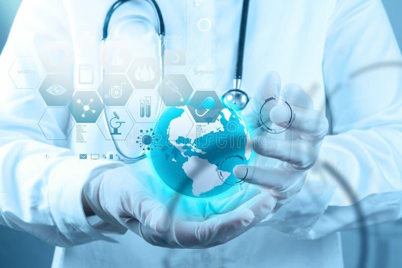 Medicindoktor som arbetar med den moderna datormanöverenheten arkivfoton