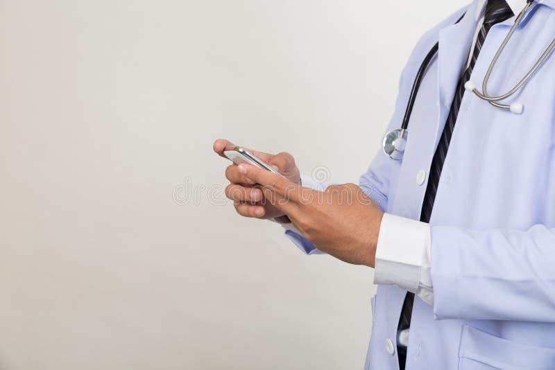Medicindoktor som arbetar med den smarta telefonen för mobil - medicinsk techno royaltyfria bilder