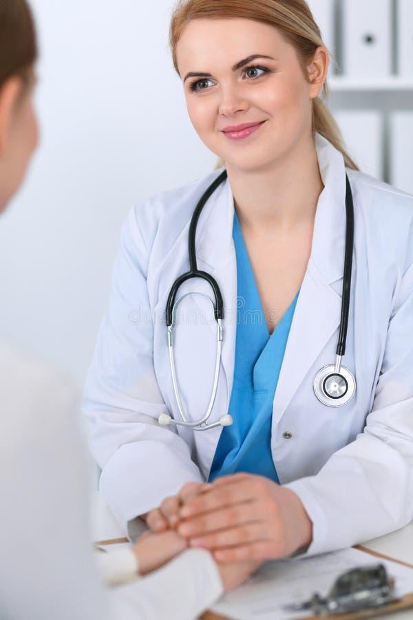 Medicindoktor som uppmuntrar hennes kvinnliga patient Medicin som tröstar och litar på begrepp i hälsovård royaltyfri bild