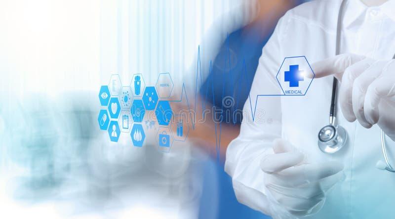 Medicindoktorshand som arbetar med den moderna datoren arkivfoto