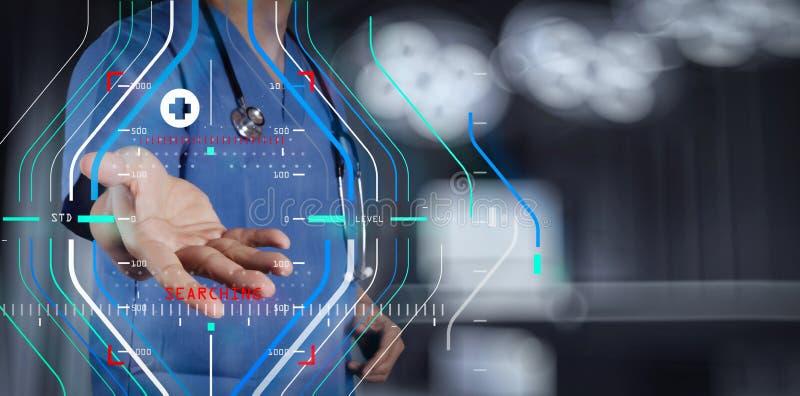 Medicindoktorshand som arbetar med den moderna datormanöverenheten som M royaltyfri foto