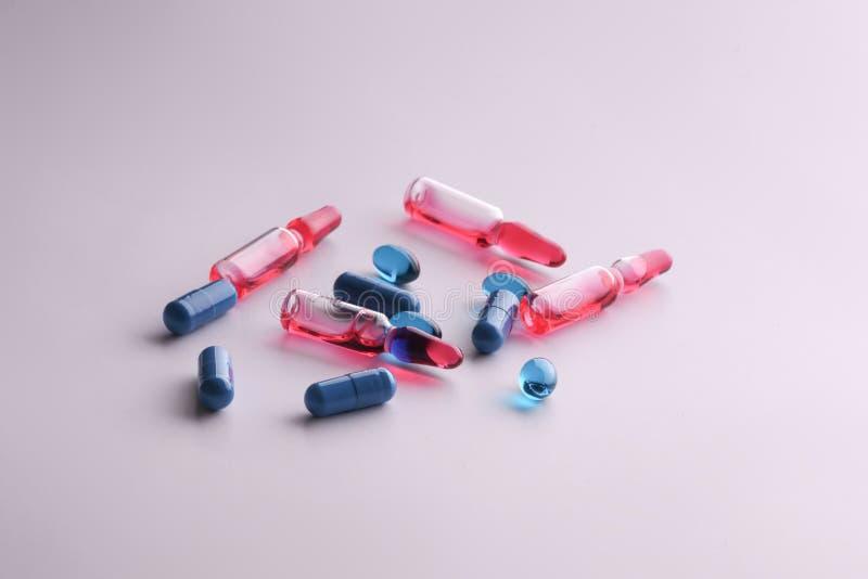 Medicindroger Medicinska förberedelser för hälsa Ampuller minnestavlor, piller i apotek arkivfoton