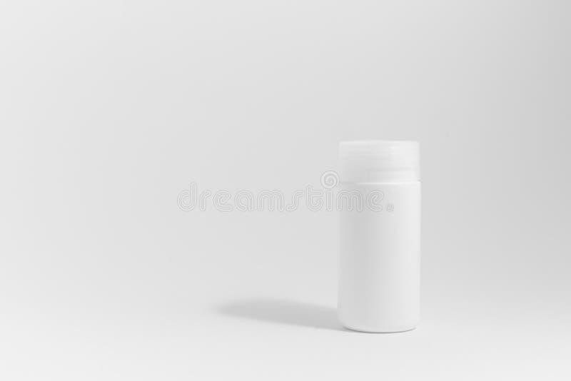Medicinflaska i vit bakgrund royaltyfria foton