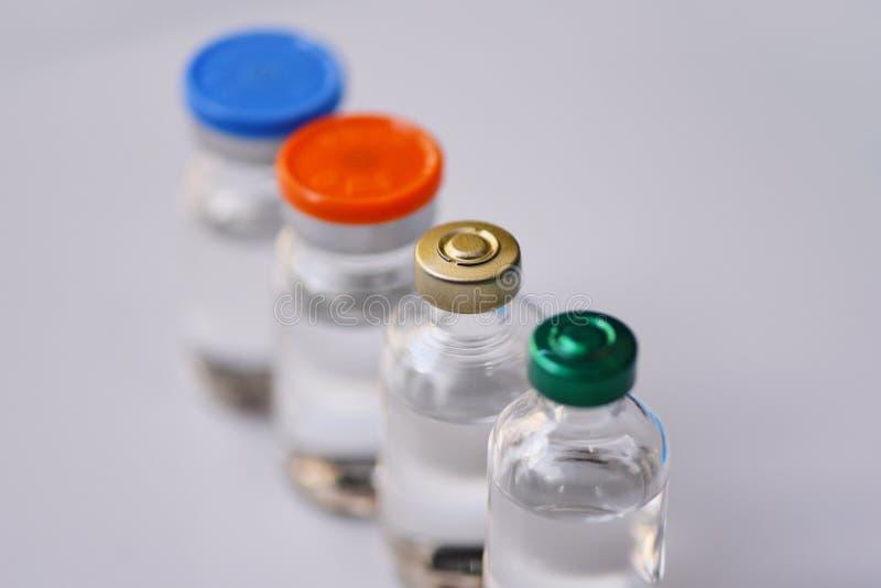 Medicinflaskexponeringsglas för injektionssprutainjektionvisare på blå bakgrund - hjälpmedel för utrustning för läkarbehandlingdr arkivfoto