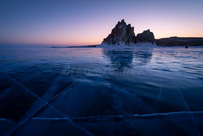 Medicinmannen vaggar, den sakrala stenen i den Olkhon ön i en härlig morgonsoluppgång, Baikal sjön i vinter, Ryssland royaltyfri foto