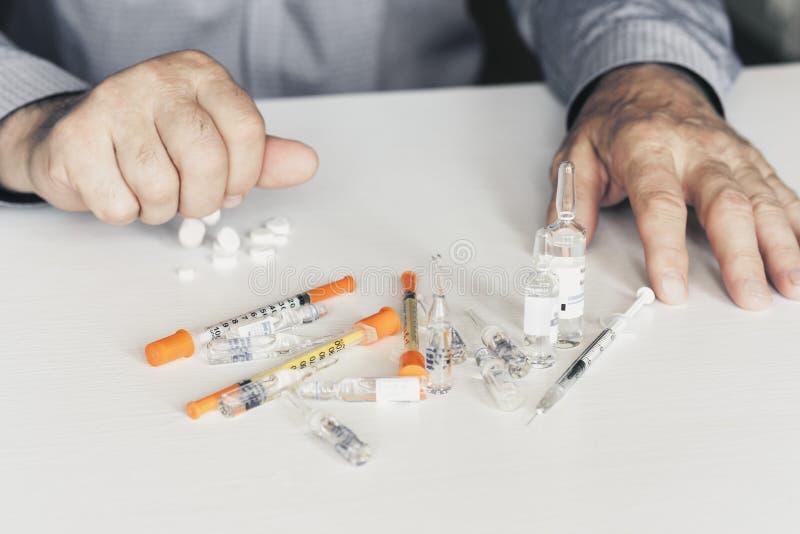 Medicinpiller eller kapslar med man'shänder på vit bakgrund med kopieringsutrymme royaltyfri foto