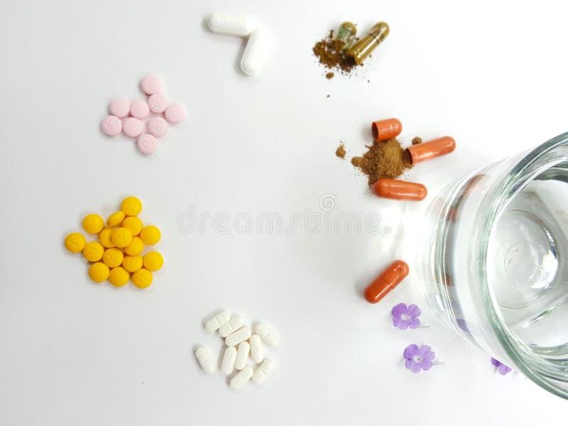 Medicinpiller och exponeringsglas av vatten royaltyfri foto