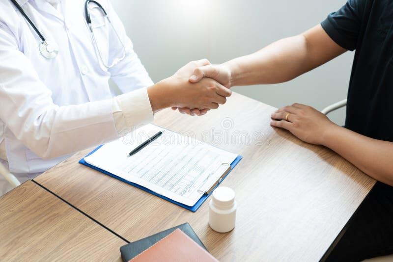 Medicinsjukvård och förtroendebegrepp, doktor som skakar händer med den tålmodiga kollegan, når samtal om läkarundersökningresult arkivfoton