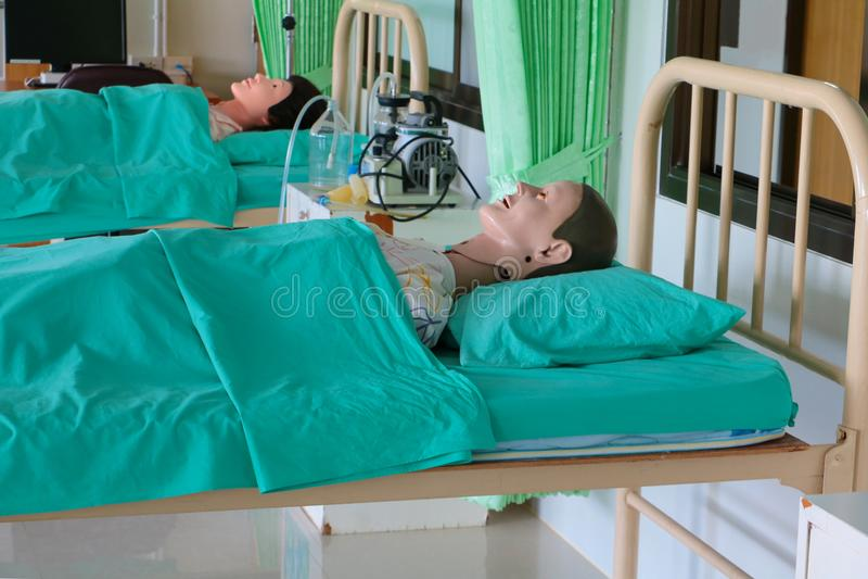 Medicinsk attrapp i sjukhus, utbildande medicinsk kursutbildning på säng och filtgräsplan arkivbilder