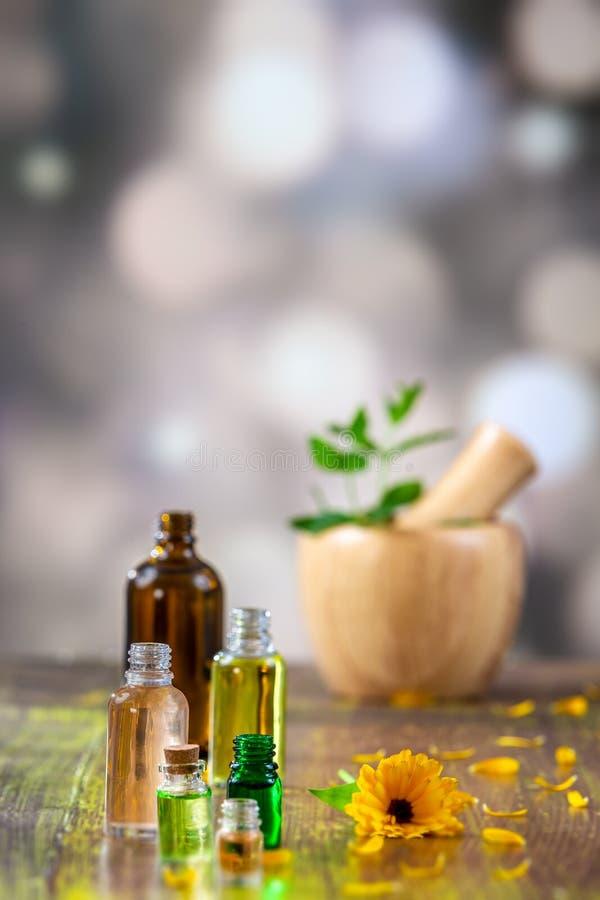 Medicinsk calendula eller olja och extrakt för marigol nödvändig för skönhet arkivbilder