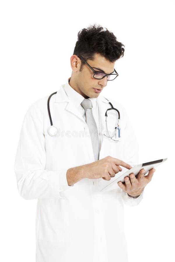 Medicinsk doktor med stetoskopet och minnestavlan arkivbild