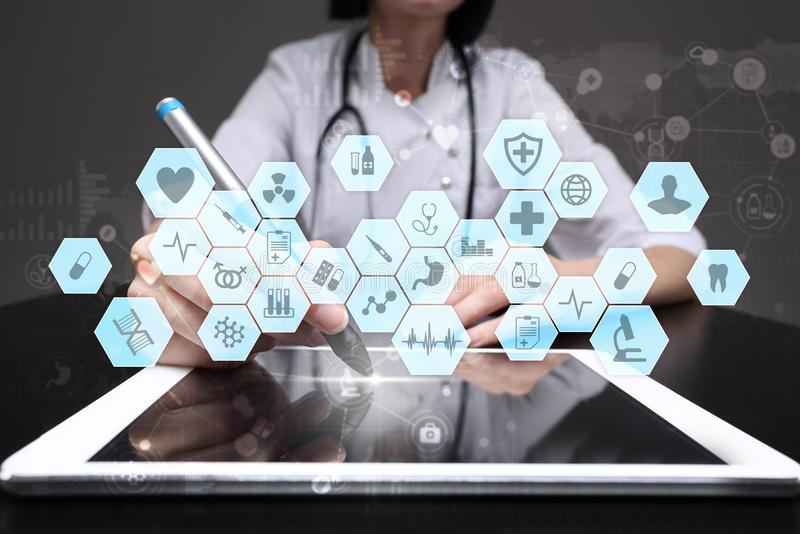 Medicinsk doktor som arbetar med den moderna manöverenheten för faktisk skärm för dator Medicinteknologi och sjukvårdbegrepp royaltyfria bilder