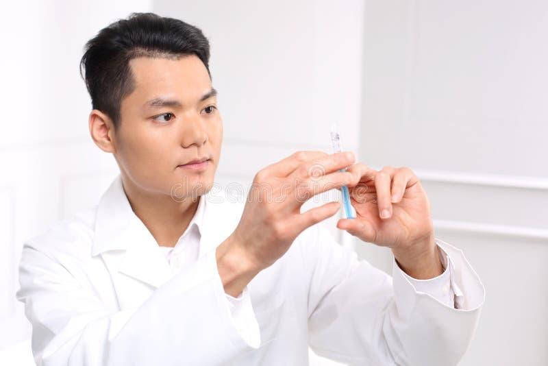 Medicinsk doktor som förbereder en injektion arkivbilder