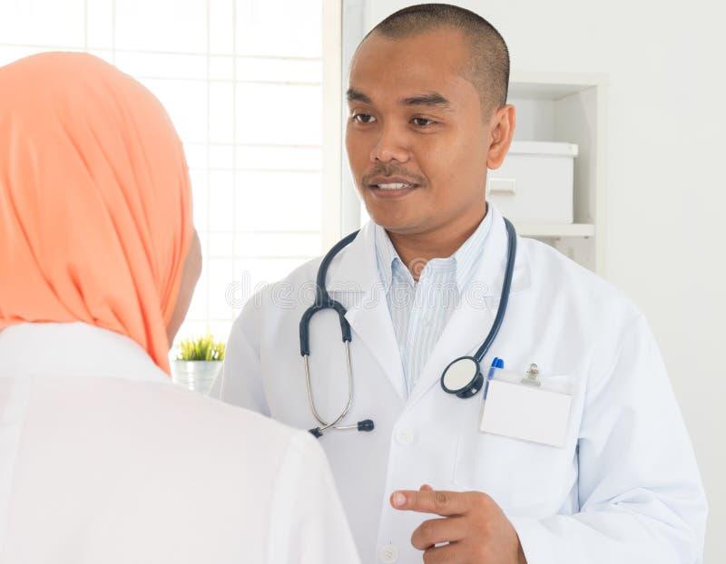 Medicinsk doktor som talar med sjuksköterskan fotografering för bildbyråer