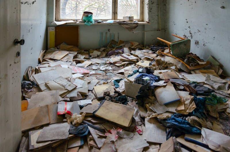Medicinsk dokumentation på golv i sjukhuset, död övergiven spökstad Pripyat i zonen för Tjernobyl NPP-avlägsnande, Ukraina arkivbild
