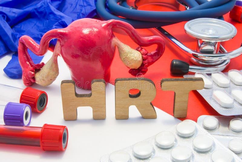 Medicinsk förkortning för HRT av fotoet för begrepp för terapi för hormonutbyte, hormontillägg som kvinnor kan ta under klimakter royaltyfri foto