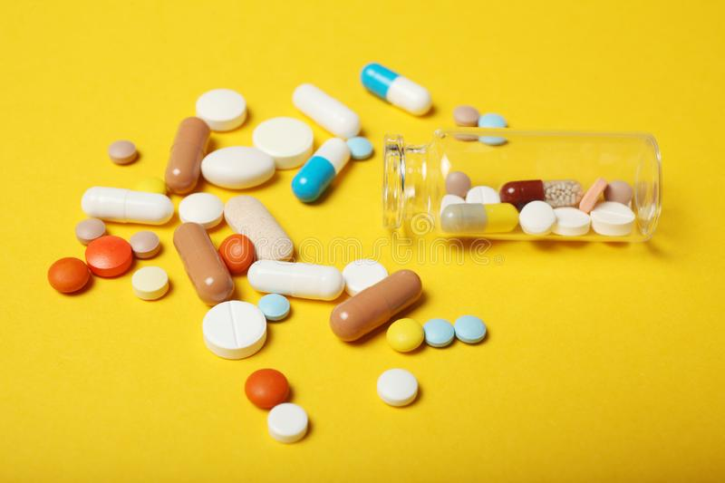 Medicinsk farmakologib?jelse Lyckodrog antibiotikum, antioxidant, huvudv?rkstablettpiller arkivfoton