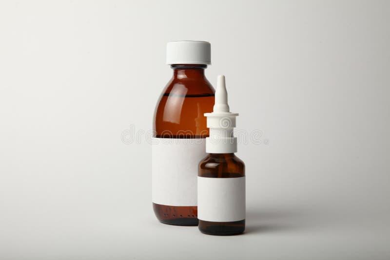Medicinsk glasflaska- och sprejmodell Tom vit etikett arkivbild