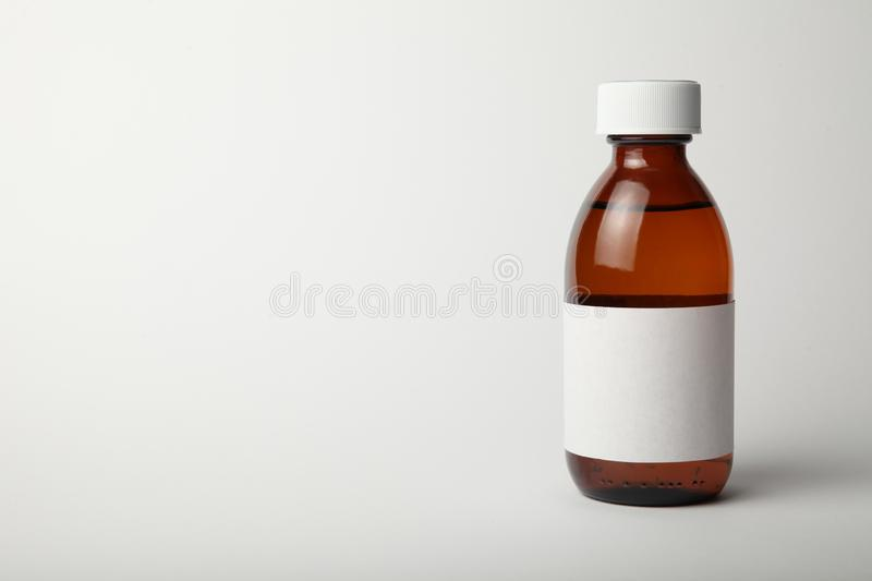 Medicinsk glasflaskamodell Tom mall som isoleras på vit bakgrund Kopiera utrymme för text arkivbilder