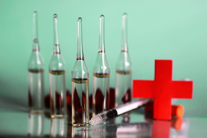 Medicinsk injektionsspruta för grön bakgrundsampull royaltyfri bild