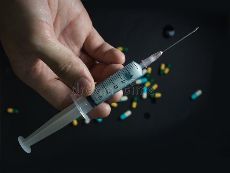 Medicinsk injektionsspruta och visare för injektion med svart bakgrund arkivbild
