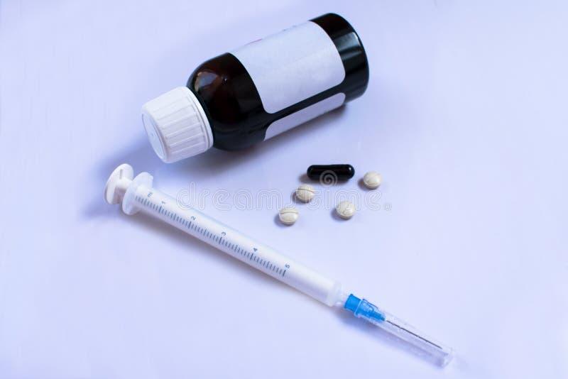 Medicinsk injektionsspruta, piller, flaska av medicin arkivbild