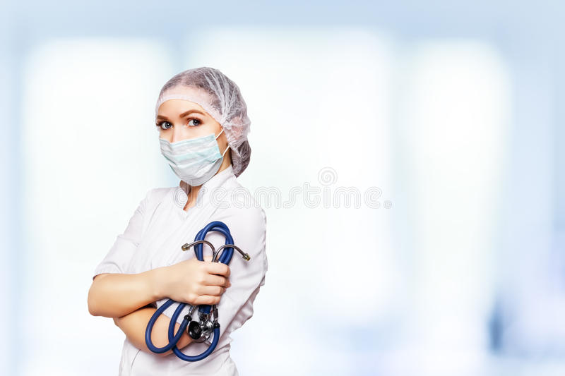 Medicinsk kirurgdoktorskvinna över blå klinikbakgrund Med stället för läkarundersökning annonsera Medicinskt advertizingbegrepp royaltyfri bild