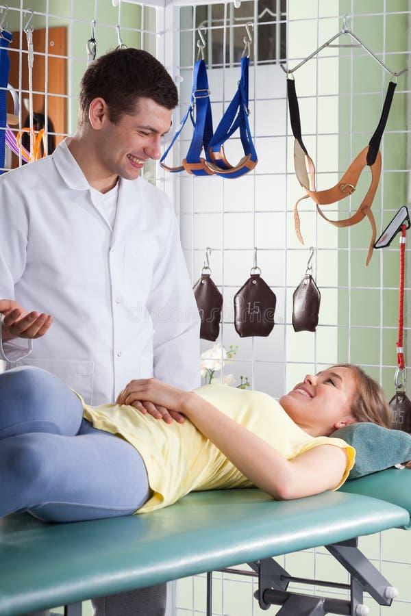 Medicinsk konsultation på sjukgymnastikkliniken royaltyfria bilder