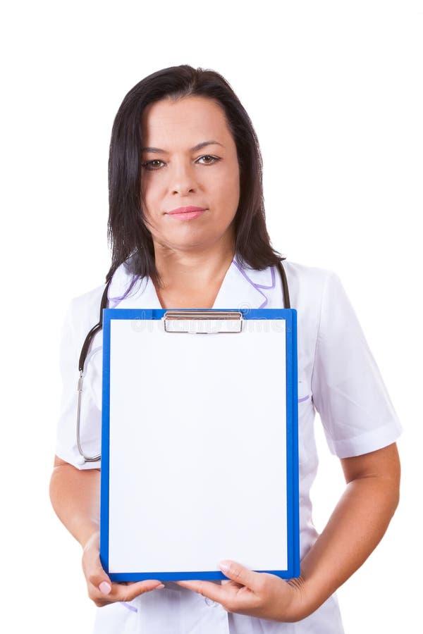 Medicinsk kvinnadoktor med den hållande skrivplattan för stetoskop med Bla royaltyfria foton