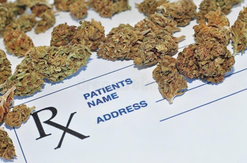 Medicinsk marijuana slår ut med receptpapper arkivfoton
