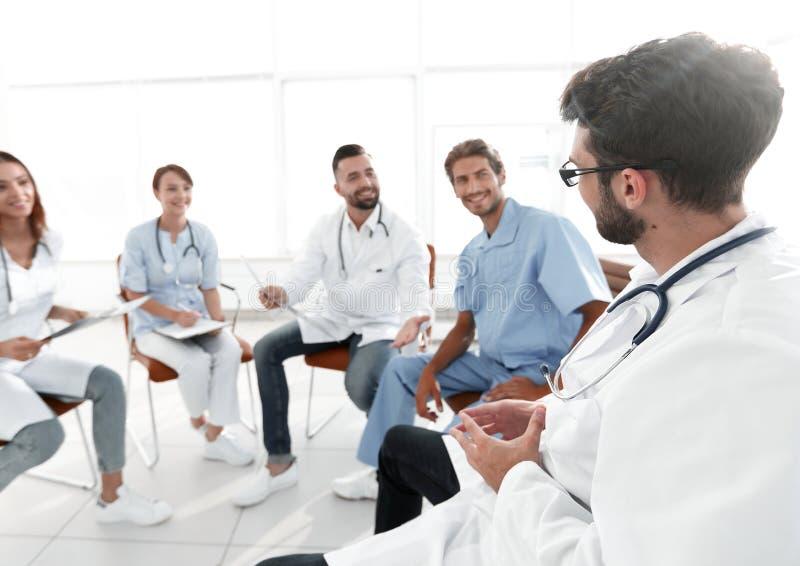 Medicinsk personal som diskuterar röntgenstrålen av en patient arkivbilder